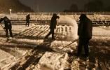 大雪突袭,他们正忙碌着,辛苦了!