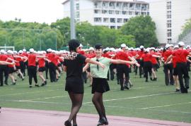 7000名爱好者在松江一同跳起冬冬水兵舞