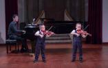 今晚大剧院有场小提琴音乐会 主角是两个6岁小哥俩