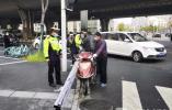 电动车违规载货隐患大 南京交警予以严查