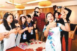 海外华媒代表体验剪纸乐