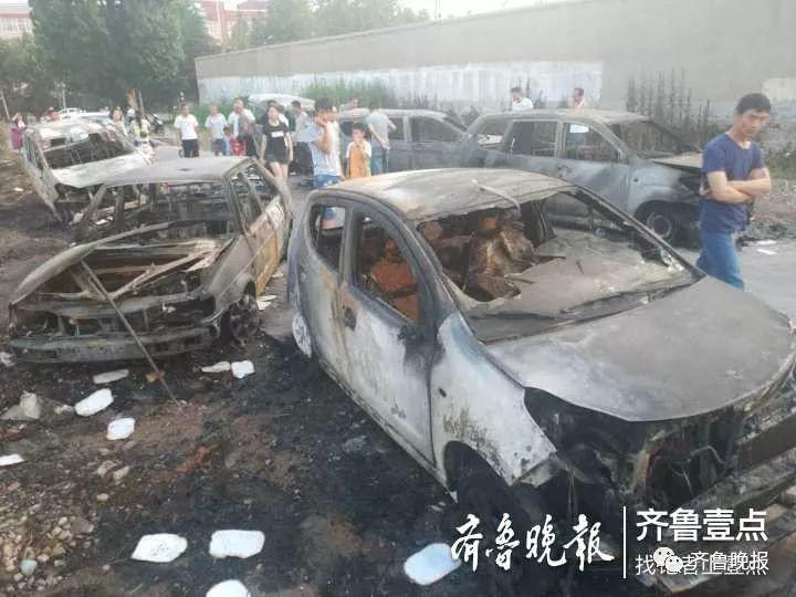 家长会没开成,车被烧了!潍坊一越野车起火,引燃旁边七辆车