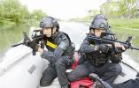 烈日下 宁波特警开展冲锋舟水上救援训练