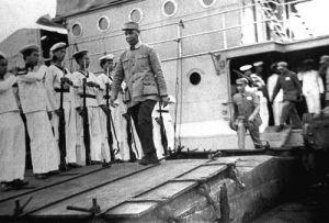 南京警备司令部司令员陈士榘将军巡视起义海军第二舰队