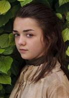 """艾莉亚·史塔克  演员:麦茜·威廉姆斯  临冬城公爵艾德和凯特琳夫人的次女,珊莎的妹妹。不像母亲和姐姐,艾莉亚是个典型的""""假小子"""",活泼好动,喜欢舞刀弄剑,被父亲艾德公爵评价为具有""""奔狼的血液""""。她跟"""