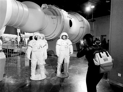 看完《流浪地球》后 孩子们去科技馆探寻宇宙奥秘