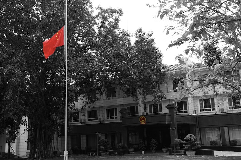 中国驻老挝大使馆降半旗志哀抗疫烈士和逝世同胞