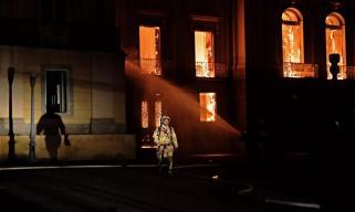 """全人类的悲剧!巴西博物馆大火烧掉了200年的""""无价""""历史"""