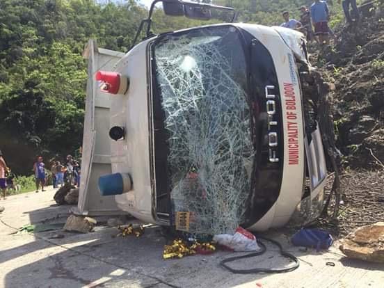 菲律宾一卡车坠崖造成11名学生死亡 另有20人被送医