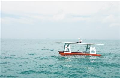 别人唯恐避之不及 这艘小艇却偏要钻到台风中心看看