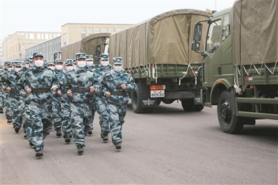 驻鄂部队抽调百余台军车为武汉市民配送生活物资