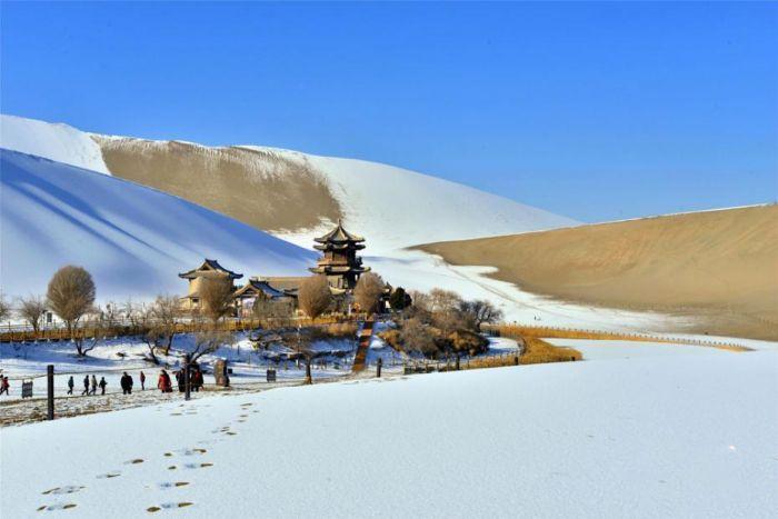 甘肃敦煌降下入冬以来的第三场降雪。
