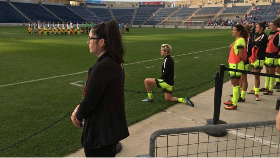 美女足队员奏国歌时下跪以示对黑人球员支持