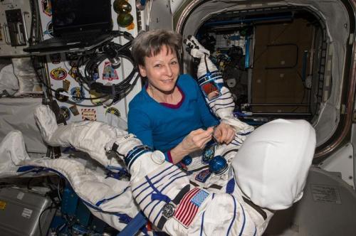 57岁的惠特森是史上首位国际太空站女站长,也现年是太空探索史上最年长的女航天员。(图片来源:NASA)
