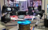 """能穿针还能制作冰淇淋 """"身怀绝技""""的机器人亮相智博会"""