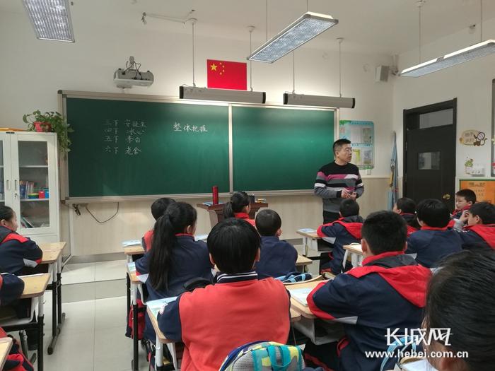 """石?#26131;?#24066;沿东小学启动新学期""""校长听课月"""""""